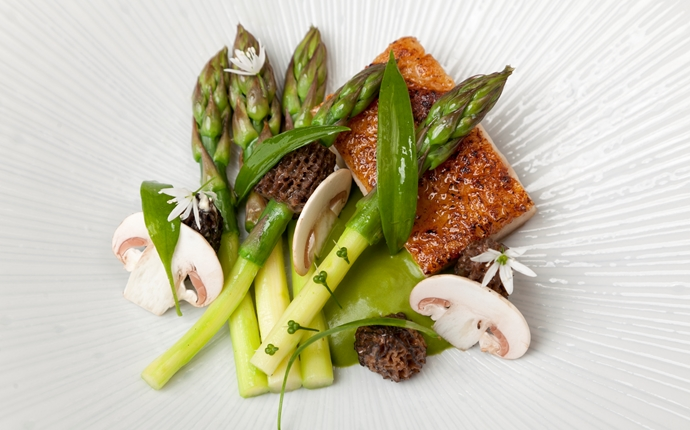 Chicken with wild garlic and asparagus
