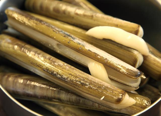 How to steam razor clams
