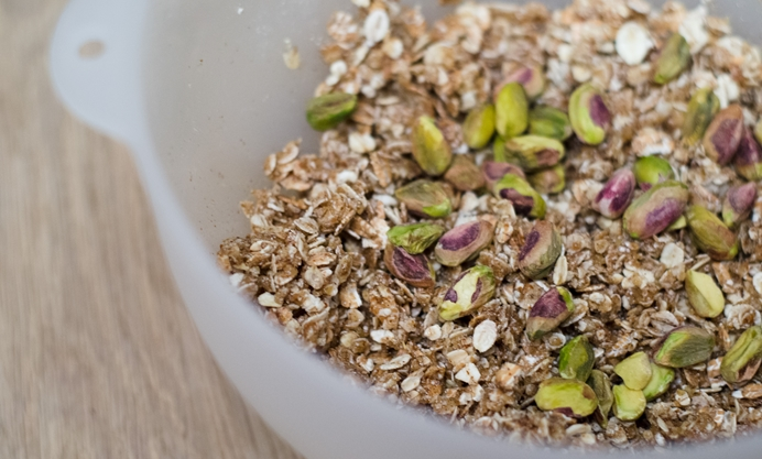 Put the ground quinoa, oat flakes and pistachios into a mixing bowl
