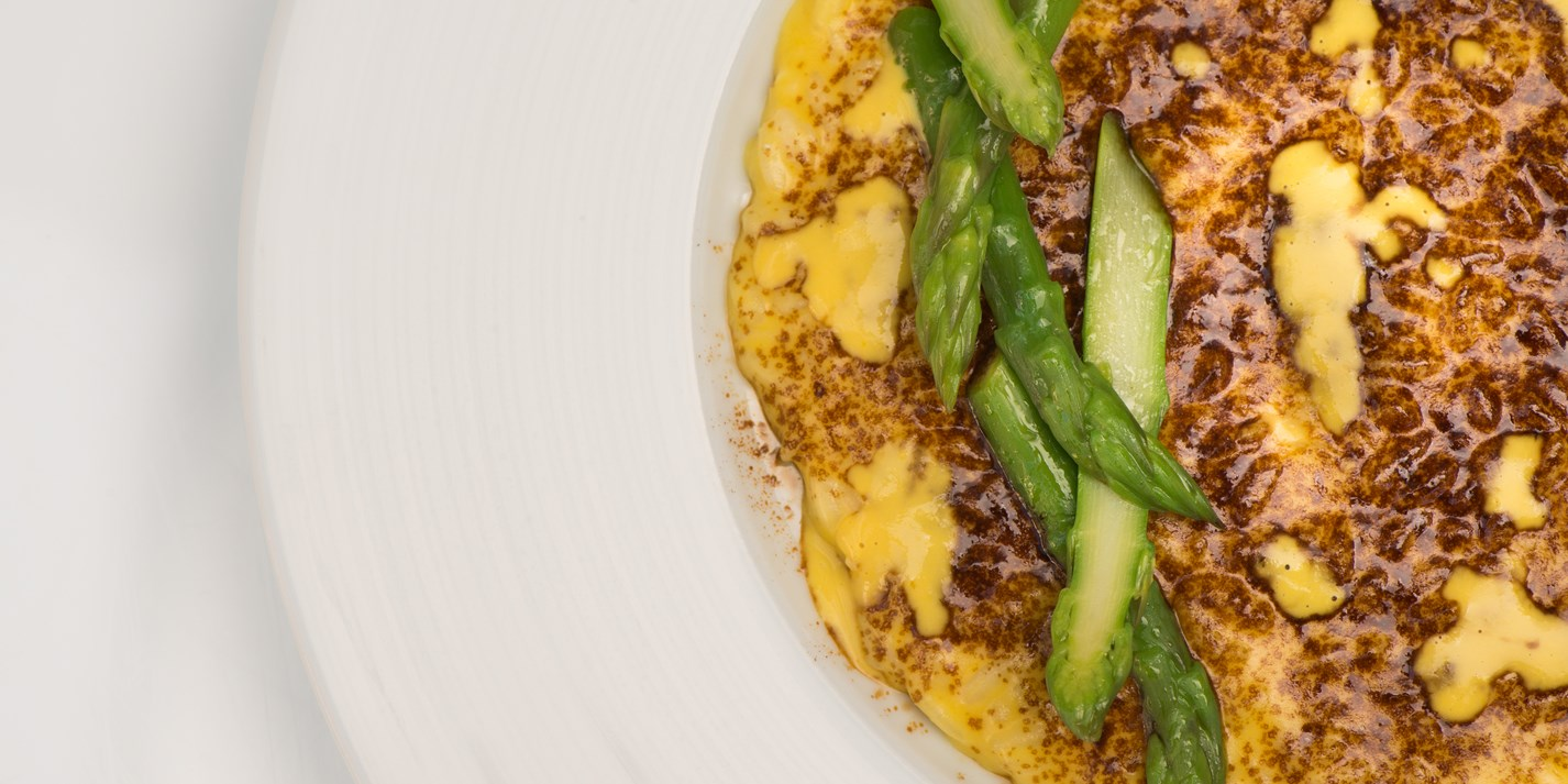 Risotto with egg yolk, liquorice powder and green asparagus