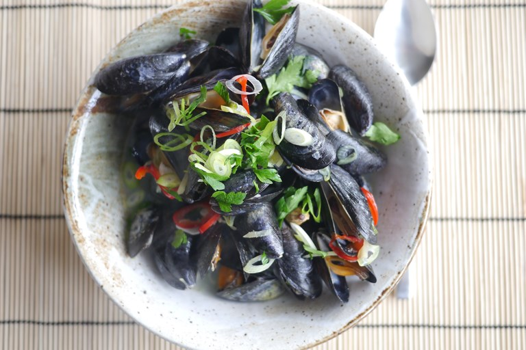 Aromatic sake steamed mussels