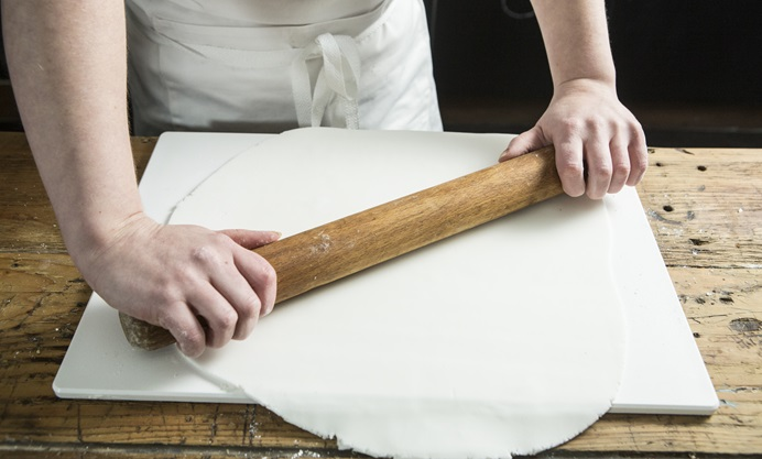 Roll the sugar paste out to a thickness of 1cm