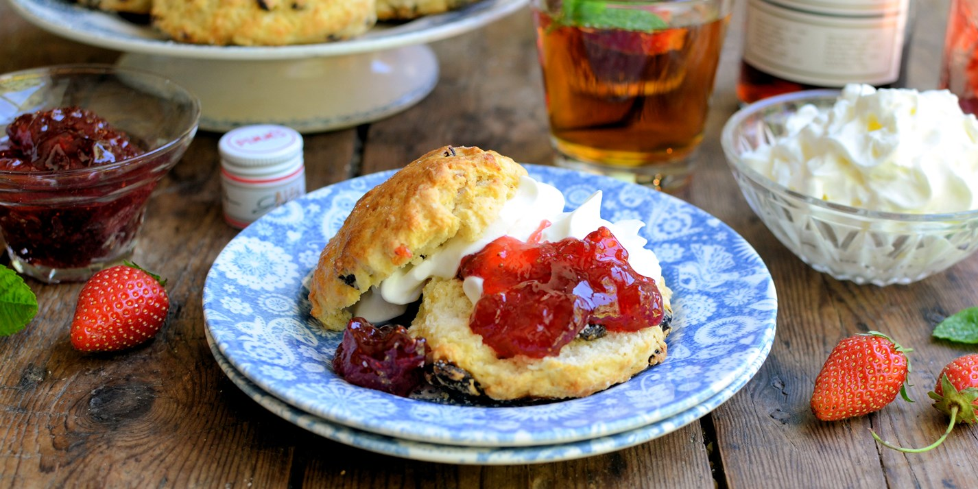 Cream scones with Pimm's strawberry jam