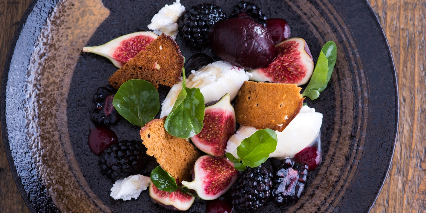 Blackberries, fresh figs, goat's curd and gingerbread