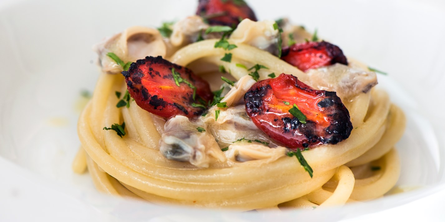 Smoked spaghetti, clams and small grilled tomatoes