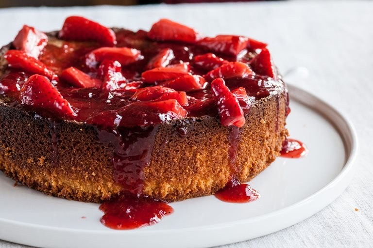 Flourless lemon cake with strawberries