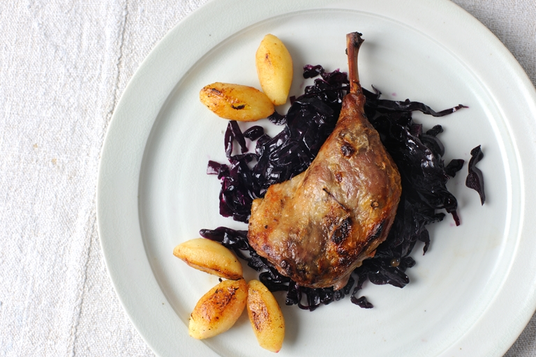 Braised duck leg, braised red cabbage, green peppercorn sauce, caramelised apples