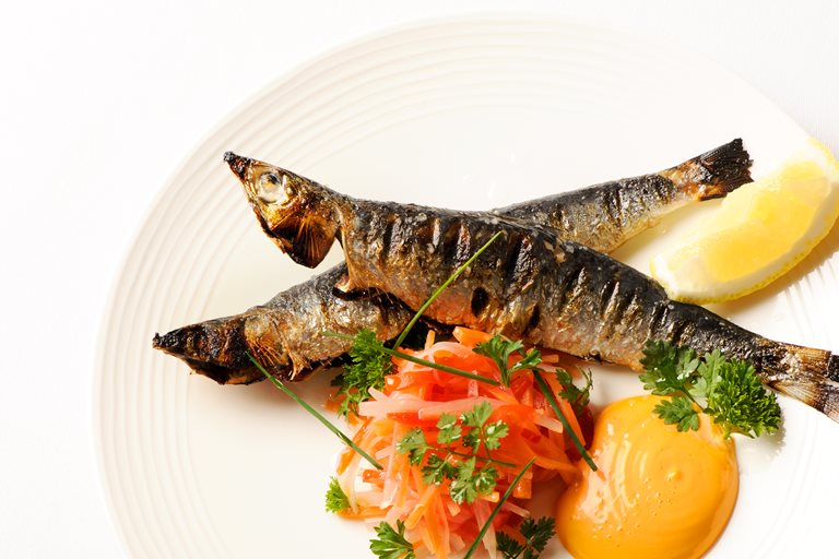 Grilled sardines with paprika mayonnaise