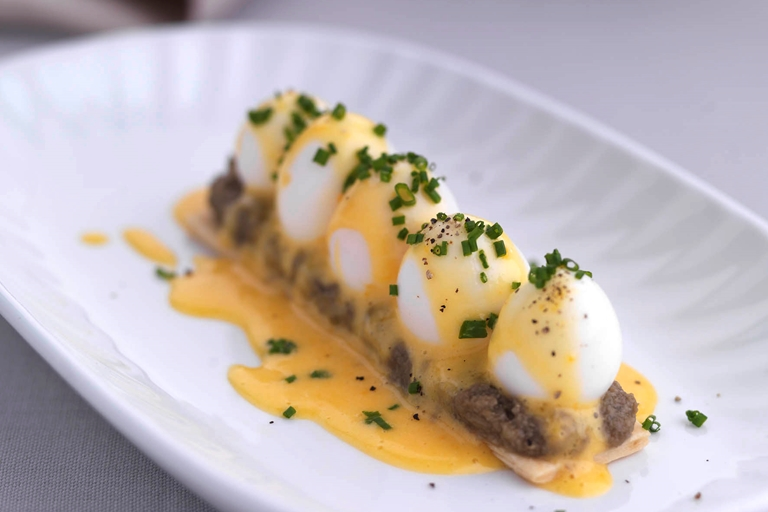 Feuillete of poached quails' eggs with hollandaise sauce