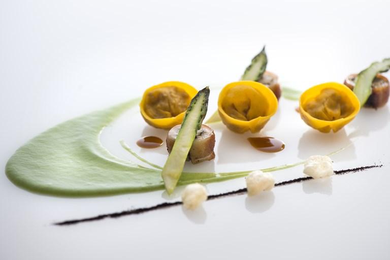 Tortelli, szopós malac, póréhagyma, spárga és édesgyökér