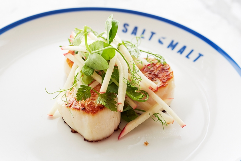 Pan-fried scallops with fresh apple salad