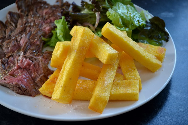 Bavette steak with Le Gruyère AOP polenta chips