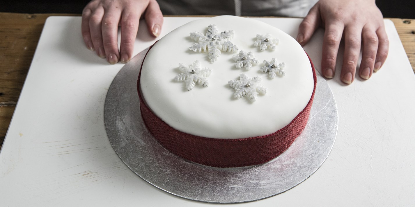 How to ice a Christmas cake