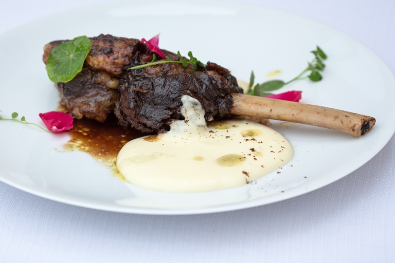 Coffee-marinated veal rib with creamed potatoes