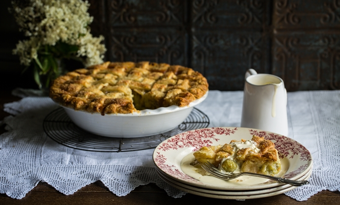 Gooseberry, apple and elderflower pie