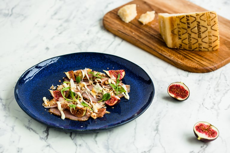 Smoked duck breast salad with Grana Padano sauce, hazelnuts and bonito