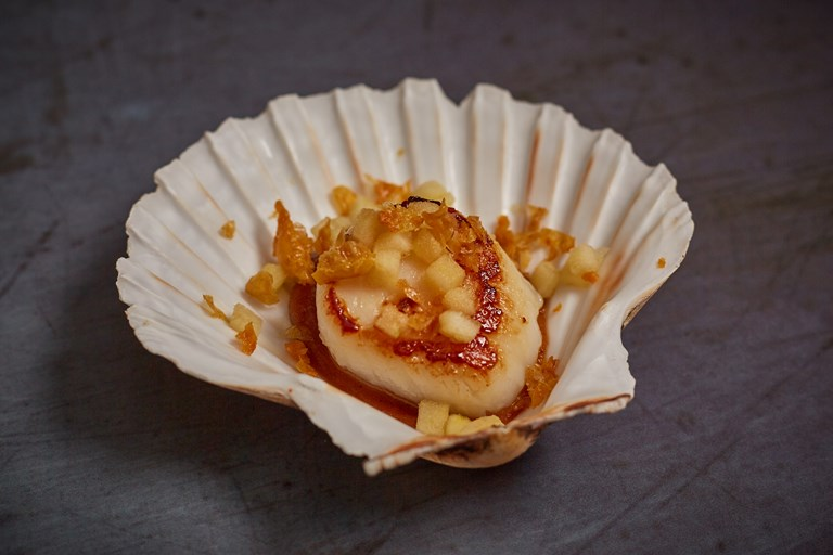 Scallops with caramelised apple and chicken skin canapé
