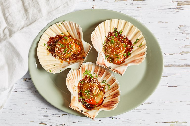 Grilled scallops with oyster sauce and sesame